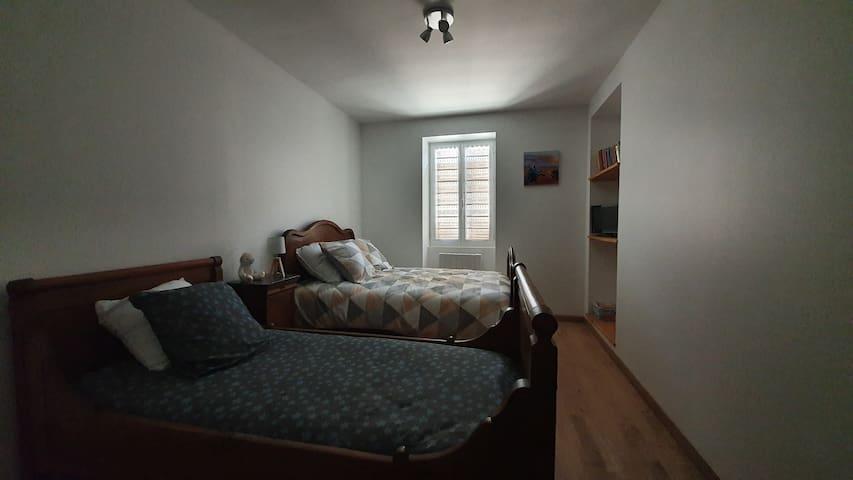 chambre 2 équipée d'une télévision, de livres et de jeux. 1 lit double de 140 1 lit simple  de 90