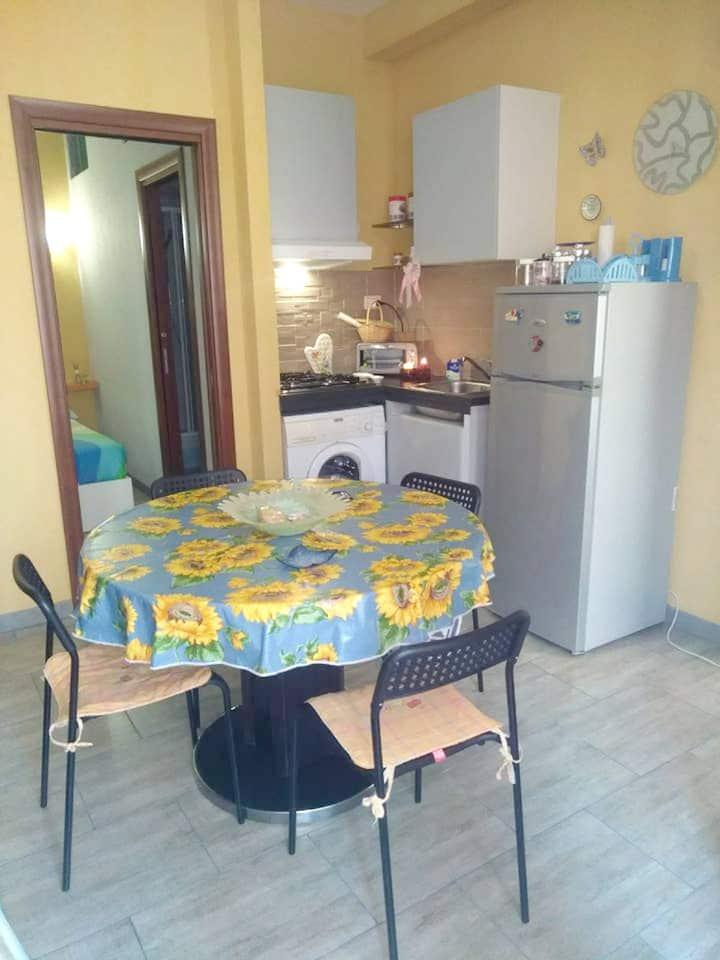 Appartamento con una stanza a Aci Castello, con splendida vista mare, balcone e WiFi - 30 m dalla spiaggia