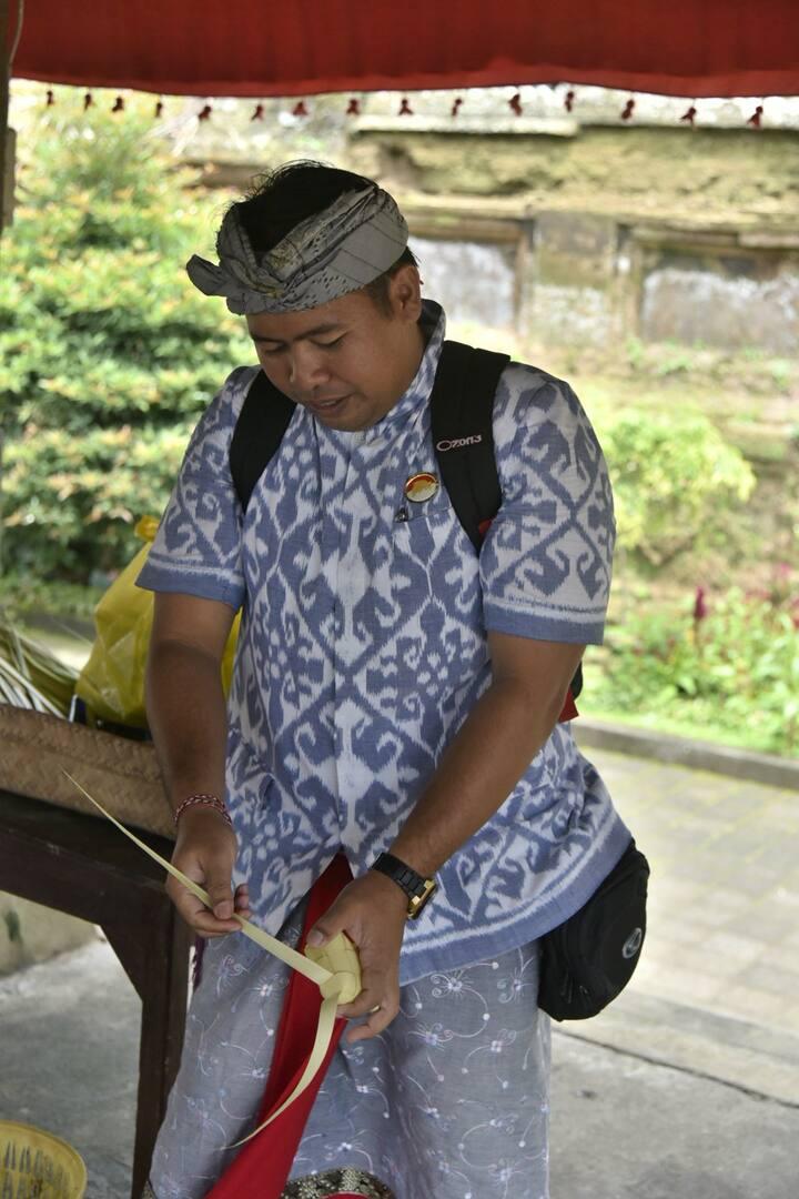 Agus making rice basket at penglipuran