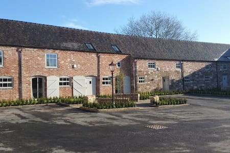 4 Dove Farm Barn, Caverswall; Nr Alton Towers - Staffordshire - House