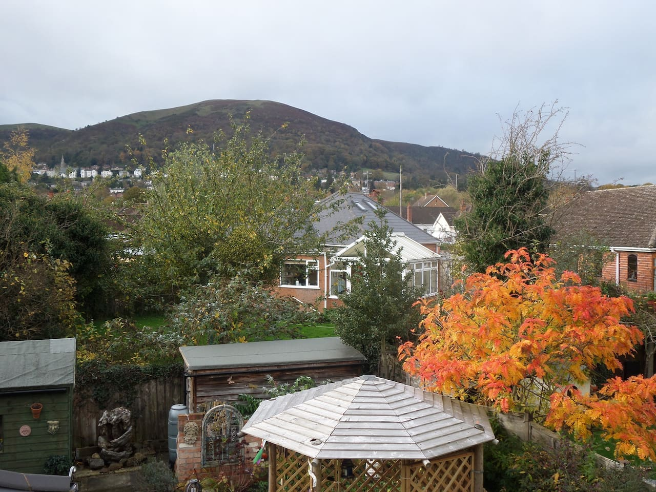 See the Malvern hills from your sitting room upstairs. This is also a therapy room where you can receive a treatment, share music, craft session or just chat, chill and drink coffee, as you wish.