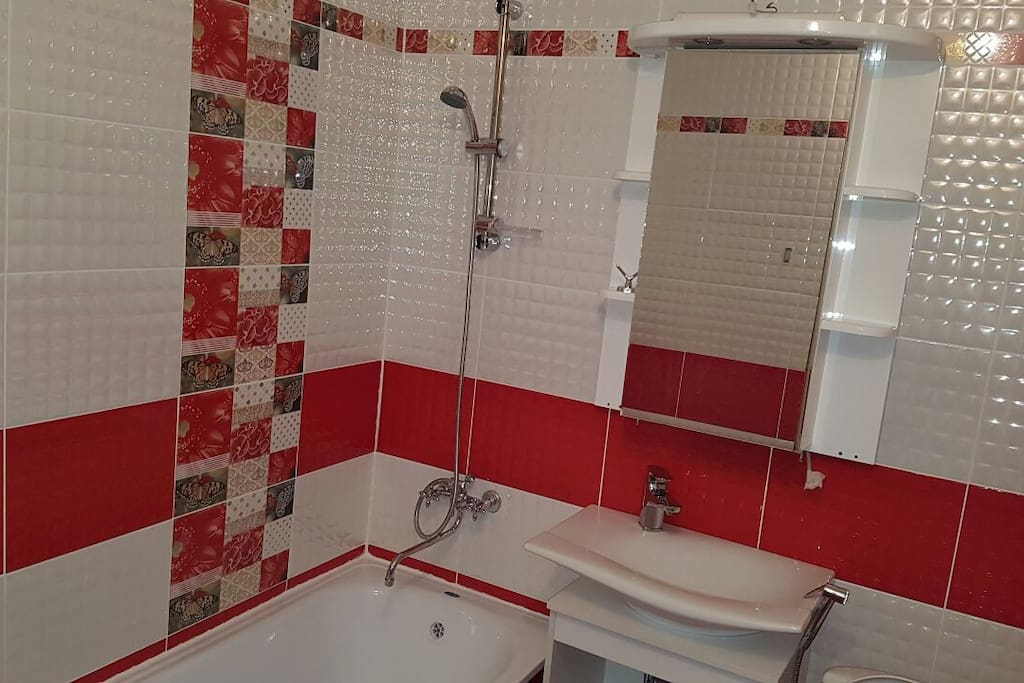 ванная комната в ярко красных и перламутровых тонах