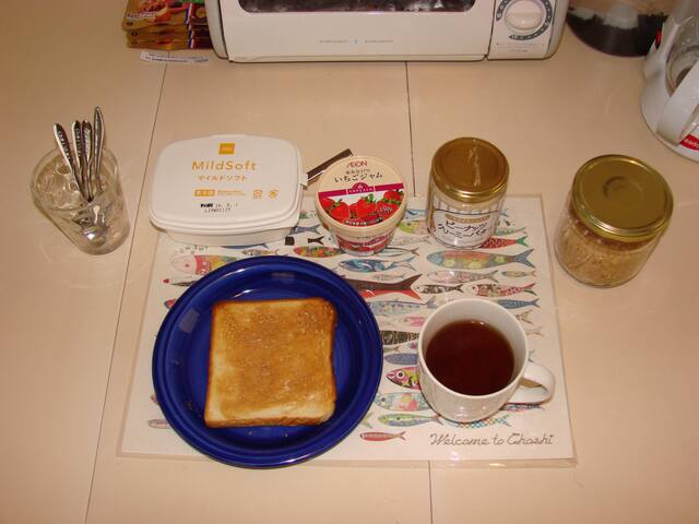 【Free!】The breakfast is bread, jam, hot/cold water, coffee, tea, green tea.  Peanut butter toast  is very delicious!!(Prepare for local peanut butter)