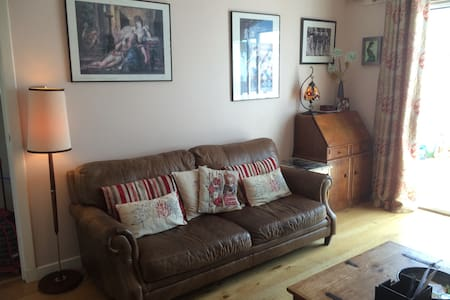 Bright and comfortable room in family home - Loanhead - Ev