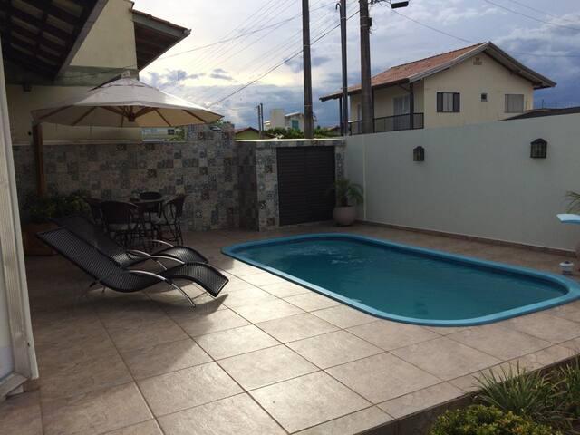 Casa com piscina a duas quadras da praia