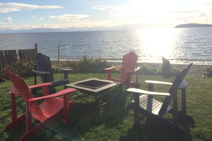 Couples Getaway!  Sunset Beach House - Heron Suite - Sechelt - House