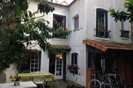 Little house with private garden close to Paris - Ivry-sur-Seine - 独立屋