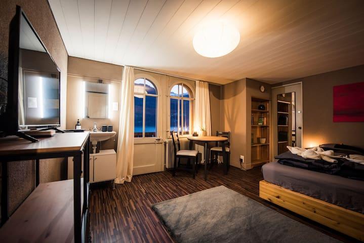 Das gemütliche Doppelzimmer mit Balkon, Seeblick, TV, Handwaschbecken, Essplatz und Doppelbett