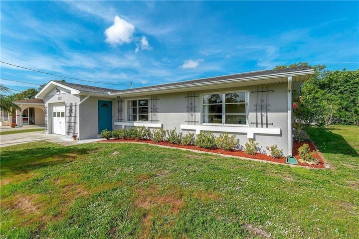 Updated cheery 3B/2B canal home, close to beaches