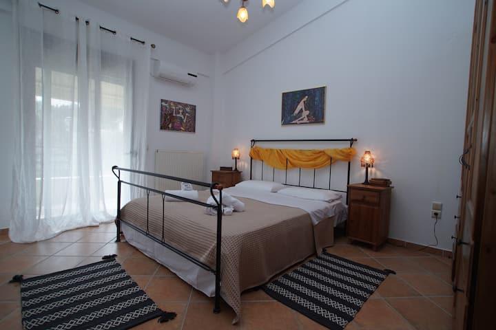 """""""Eléa House"""" spacious apartment next to the beach"""