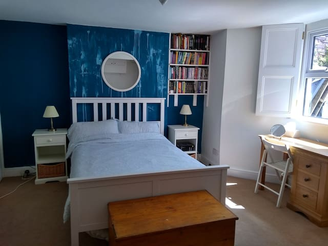 Double room & private bathroom close to T'Meads St