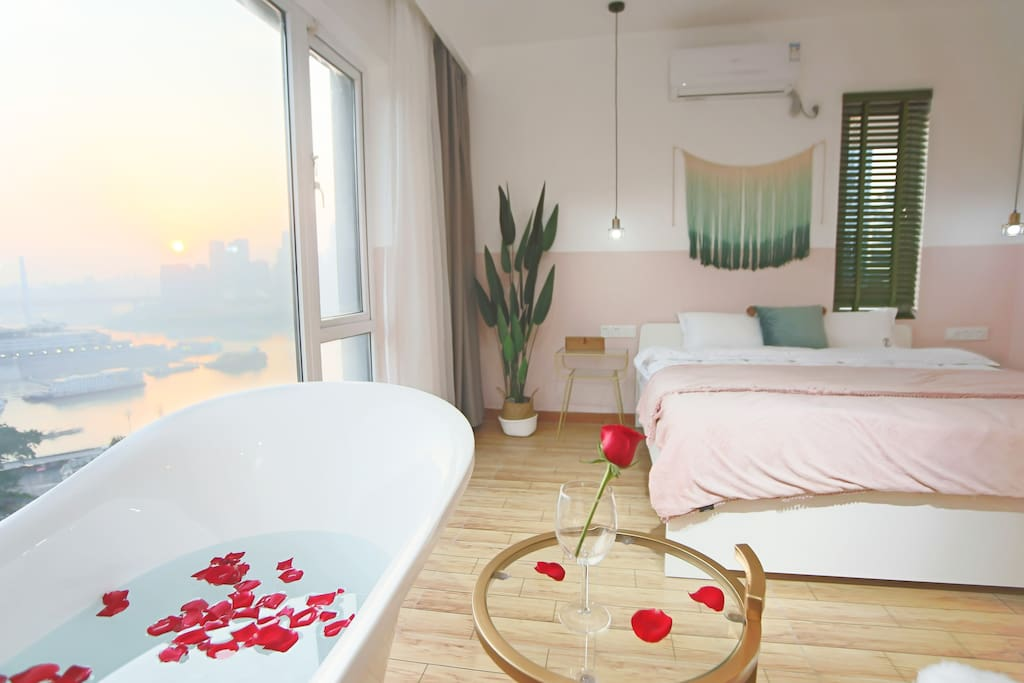 主卧的浴缸和窗外的风景
