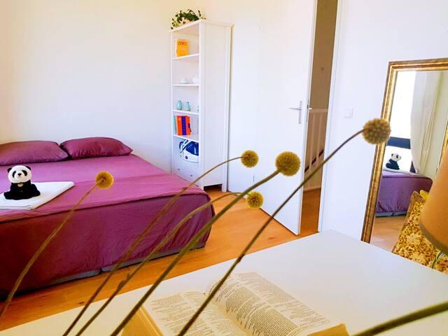 Cosy room close to city center & city beach.