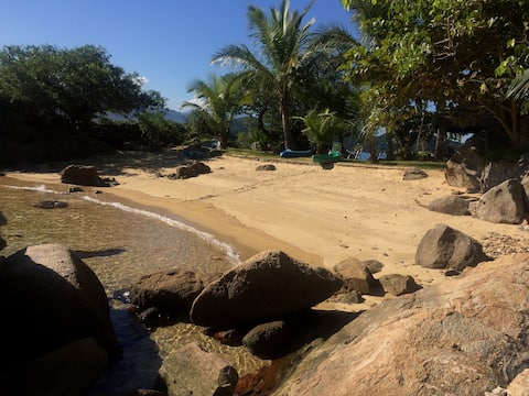Beach house and beautiful garden at Ilha Grande