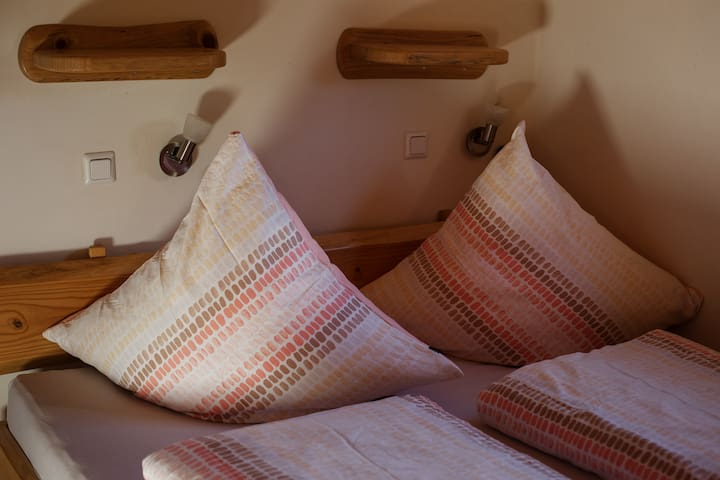 Das Bett, mit zwei luftgefederten Matratzen, die individuell auf die gewünschte Härte eingestellt werden können.
