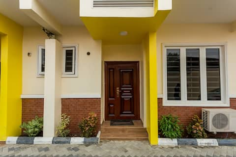 Townhouse No. 3: 10 Mins to Airport- 4bed/4.5bath