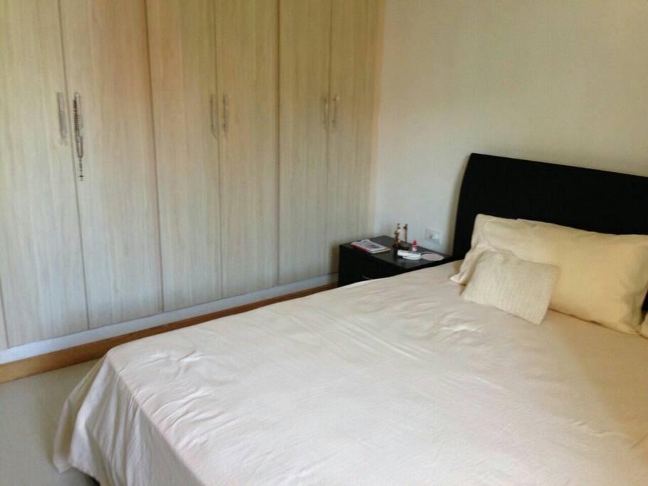 Habitación principal, con cama doble y aire acondicionado nuevo