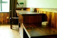 房间内的老船木家具