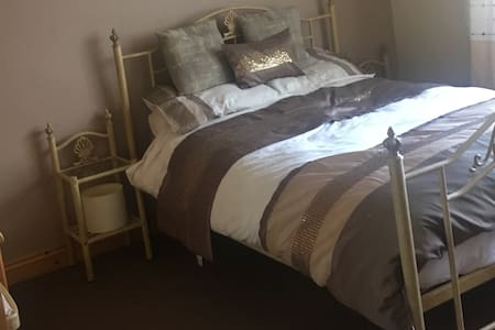 Good size double room in central village location