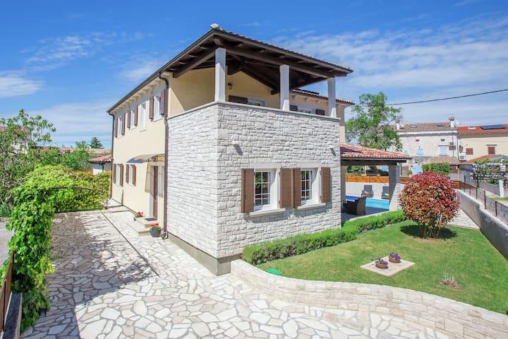 Moderna y acogedora villa con piscina privada y aire acondicionado, a 2 km de Sveti Lovrec
