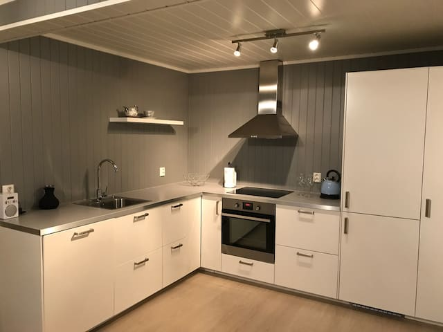 Good sized kitchen with coffee machine, toaster, kettle +++