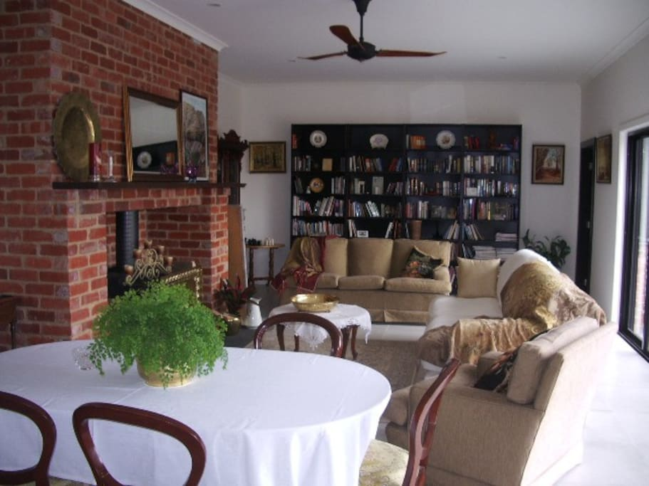 Living room / library.