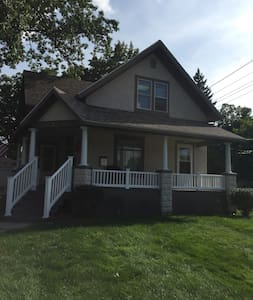 2nd Floor: Adorable 2 Bed, 1 bath. - Kalamazoo - Apartmen