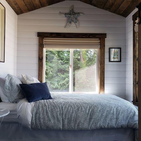 Twin bed: Gooseneck room