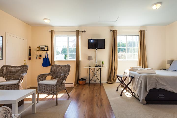 Cozy & Bright Langley City Suite