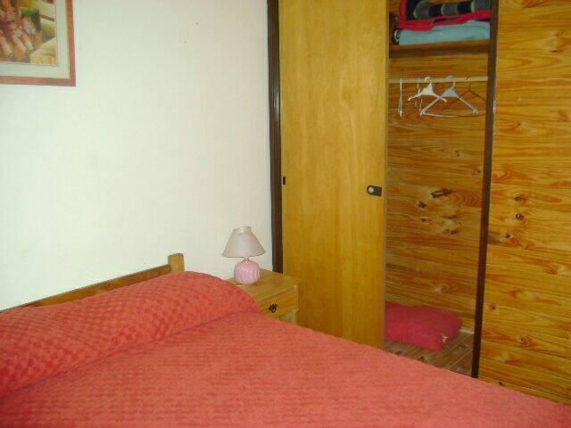 Dormitorio con cama matrimonial. Amplio Placard