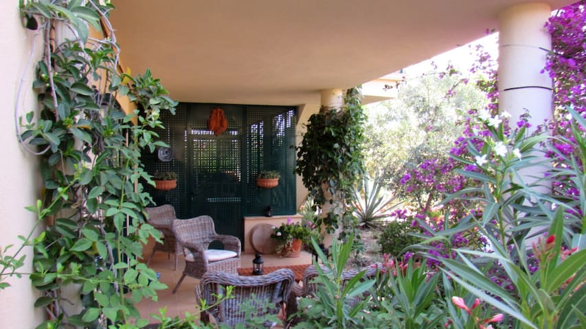 Salon de jardin à l'ombre.