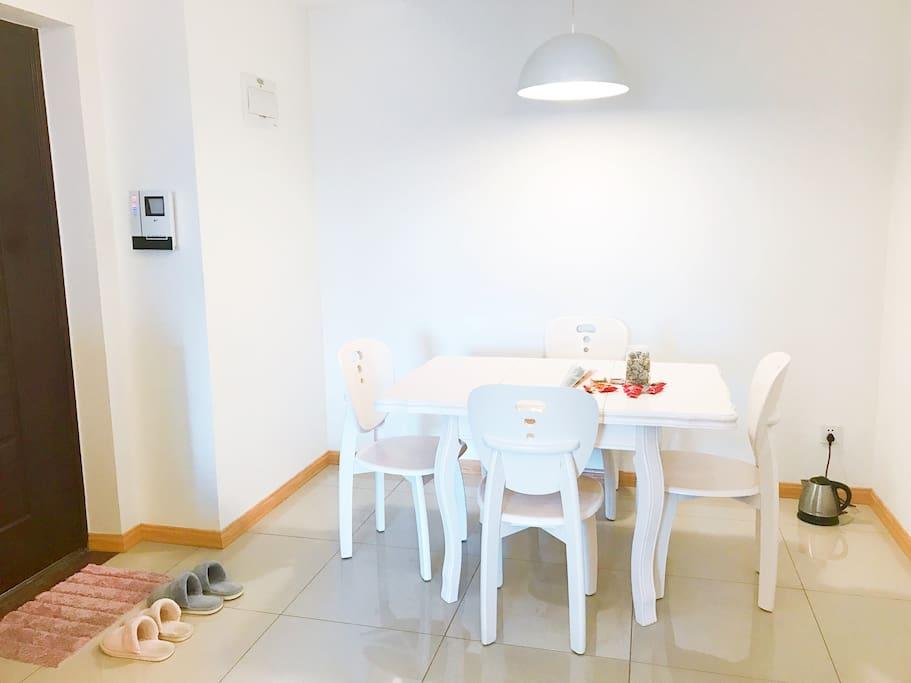 【维尼夫妇的家】公共区域有餐桌、沙发以及宽屏高清电视机。维尼在公共区域放置的当地特色小零食,住客可以分享的哦~