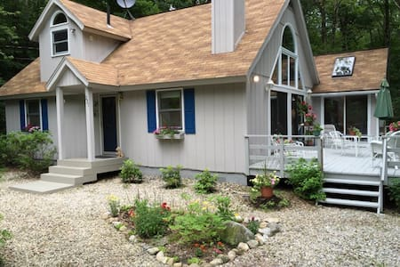 Charming 3 Bdrm/2 Bath house in lake community