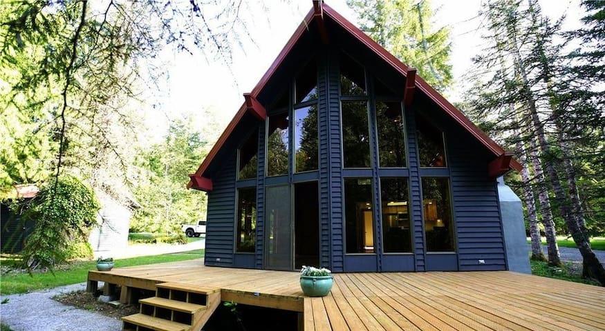 Cozy Cabin, River Views, Sleeps 2-6
