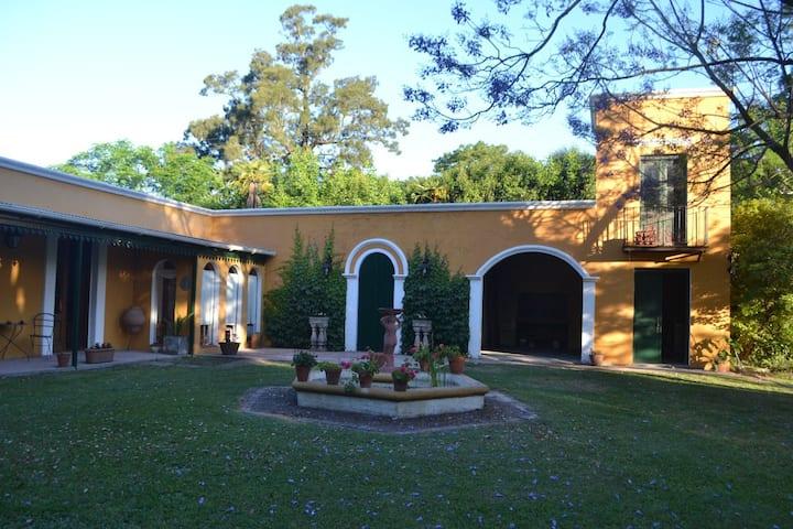 Paz y naturaleza: casa antigua con inmenso parque