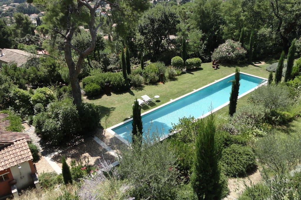 la piscine (4mx20m) et le jardin (3000m²)