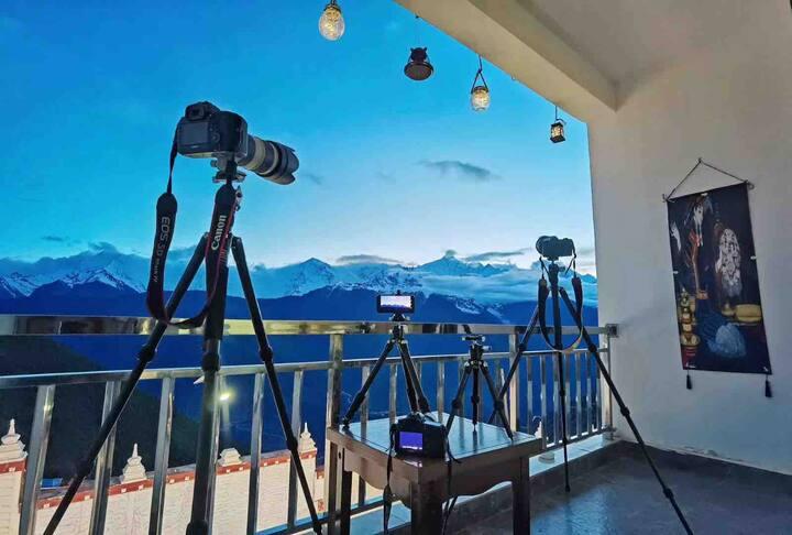 绝佳观雪山位置,地热开启,独立观景阳台全落地窗大房间精品逸居酒店,