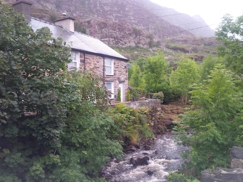 Cosy River Front Slate Miners Cottage, Tanygrisiau