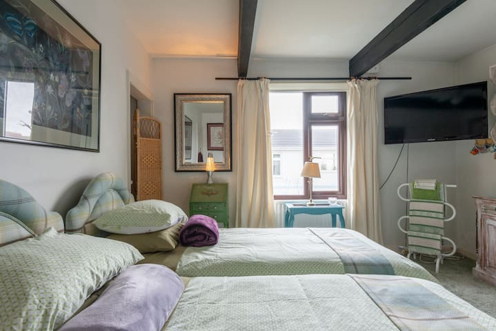 Delightful double/twin room by the sea!