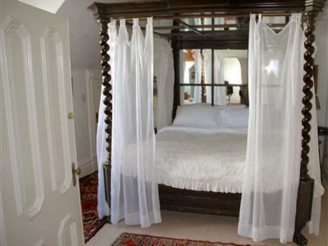 Mark Twain Suite at Chateau Tivoli