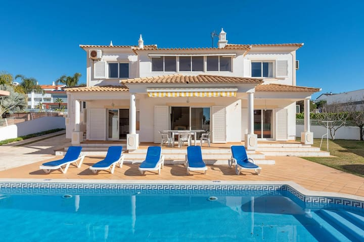 Mooie villa bij Albufeira met privé-zwembad en op 300 m van het strand van Galé