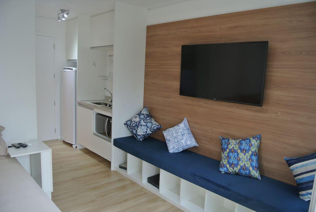 Studio com TV 4k, wi-fi e geladeira.