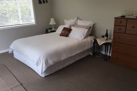 Private separate sleep-out/studio - Napier