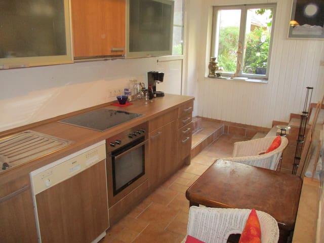 helles Zimmer mit eigener Küche und kleinem Garten
