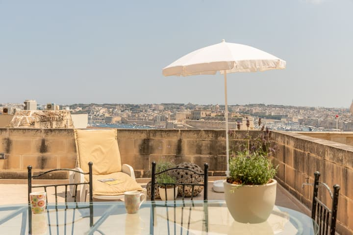 Valletta penthouse:terrace views of Grand Harbour