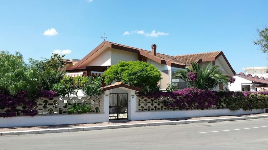 Fully independent villa + private gardens