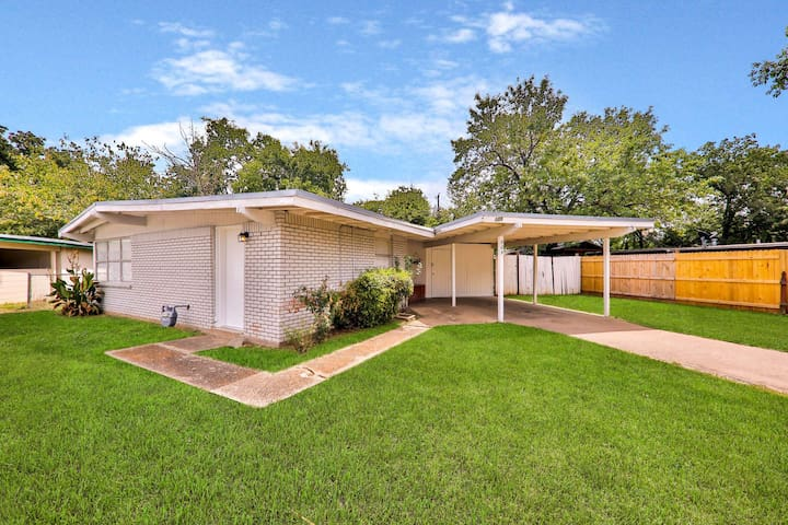 Lovely home w/ a large yard & carport - walking distance to AT&T Stadium!