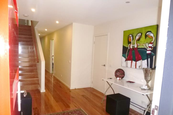 Champagne Stays - Whole Big and Spacious Townhouse