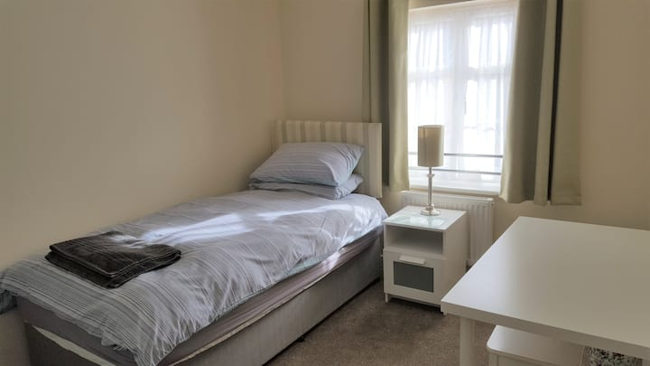 Spacious single room in Private House, Bedford