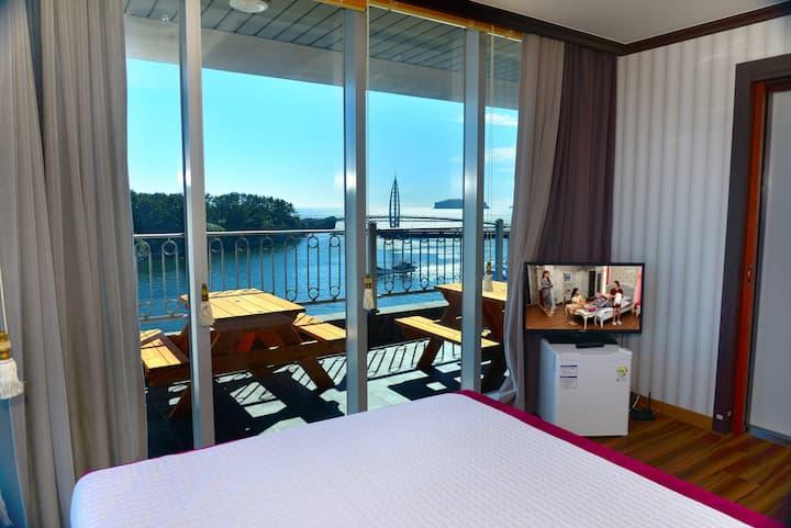 Guesthouse_Ocean view Queen bed room